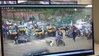 Pune's hording board collapse (video)actual footage.